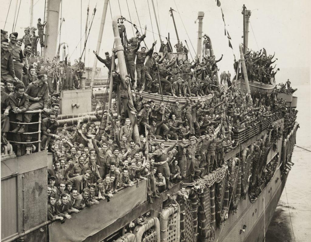 מהגרים מחדש. חיילים יהודים לחמו שנים ארוכות לצד בני ארצם הגוים במלחמת העולם השנייה. לאחר חזרתם לניו יורק הם ייסדו זרם דתי וחברתי שהתאים לתפיסת עולמם החדשה. לוחמים אמריקנים חוזרים הביתה