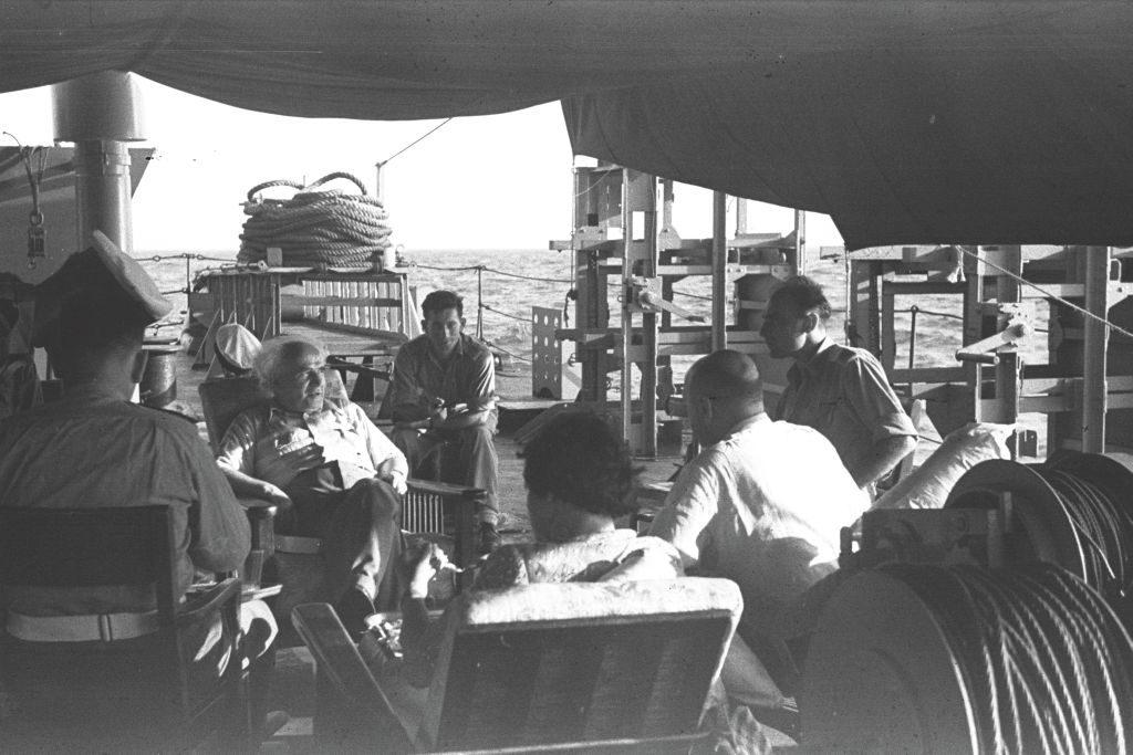"""דוד בן גוריון נטה לבחון מקרוב ומכלי ראשון את צה""""ל הצעיר על אגפיו השונים. בקיץ 1949 למשל שהה במשך כשבוע על אחת מספינות חיל הים. בן גוריון בשיחה עם קציני הספינה"""