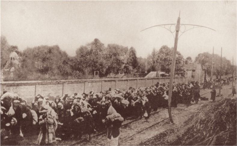 """קראוס העביר את תוכנו של דו""""ח ורבה-וצלר לסוכנויות ידיעות בשוויץ והלחץ הבינלאומי הביא להפוגה בצעדות המוות. יהודים צועדים מהונגריה לעבר פולין"""