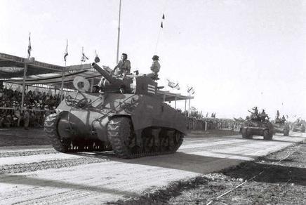"""הטנקים הראשונים של צה""""ל היו שני טנקי קרומוול ושני טנקי שרמן שנגנבו מהצבא הבריטי, ובהמשך הצטרפו אליהם כעשרה טנקי הוצ'קיס צרפתיים מיושנים. ב-1949 הגיעו ארצה שלושים טנקי שרמן חדישים יותר שנרכשו באיטליה מעודפי הצבא האמריקני, ואחדים מהם הוצגו לציבור במצעד צה""""ל בתל אביב בתש""""ט"""