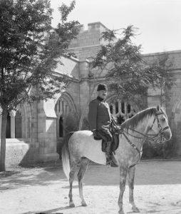 אחמד ג'מאל פאשה - שליט מחוז סוריה שכלל בזמן מלחמת העולם השנייה גם את ארץ ישראל - ידוע כיום בעיקר כאחד מראשי המתכננים והמבצעים של רצח העם הארמני. לאור אופיו הגזעני נראים היום ניסיונותיהם של בן גוריון ובן צבי לפנות אל טוב לבו נאיביים להחריד. ג'מאל פאשה בחצר קתדרלת סנט ג'ורג' בירושלים, 1915