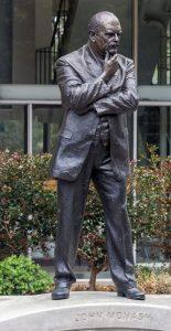 פסל בדמותו של מונש הוצב בקמפוס קלייטון באוניברסיטה ב-2015