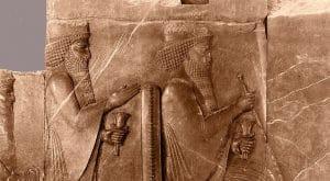 שני מלכים בכיפה אחת. תבליט המציג את דריוש א' יושב ומאחוריו בנו ח'שיארשא (כסרכסס). פרספוליס, איראן