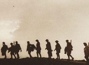 חיילי תגבורת מחליפים את חבריהם אחרי הניצחון ברודסיינדה, בלגיה 1917