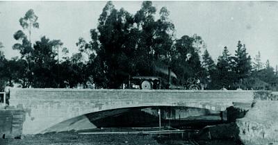התמוטטותו של הגשר הכניסה את המהנדס מונש לקשיים כלכליים. גשר המלך (King's Bridge) לפני קריסתו