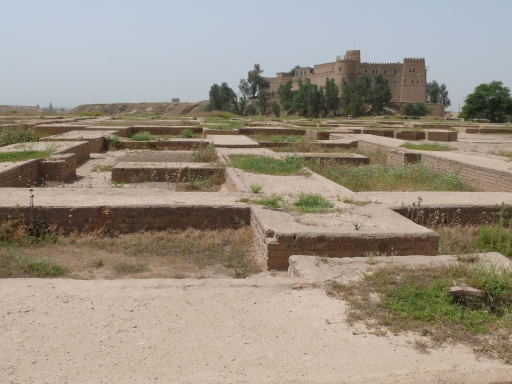 הריבועים שבקדמת התמונה הם שרידי ארמונו הפרטי של מלך פרס שהתגלו בשושן. ברקע ניצבת הטירה שבנה הארכאולוג הצרפתי ז׳אק דה מורגן בשלהי המאה ה-19 כמתחם מגונן עבור הארכאולוגים שעסקו בחפירת שטחה הענק של שושן