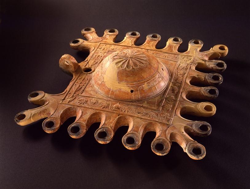 """מנורת שמן מפוארת מרובת פתילות, המאה הראשונה לפסה""""נ"""