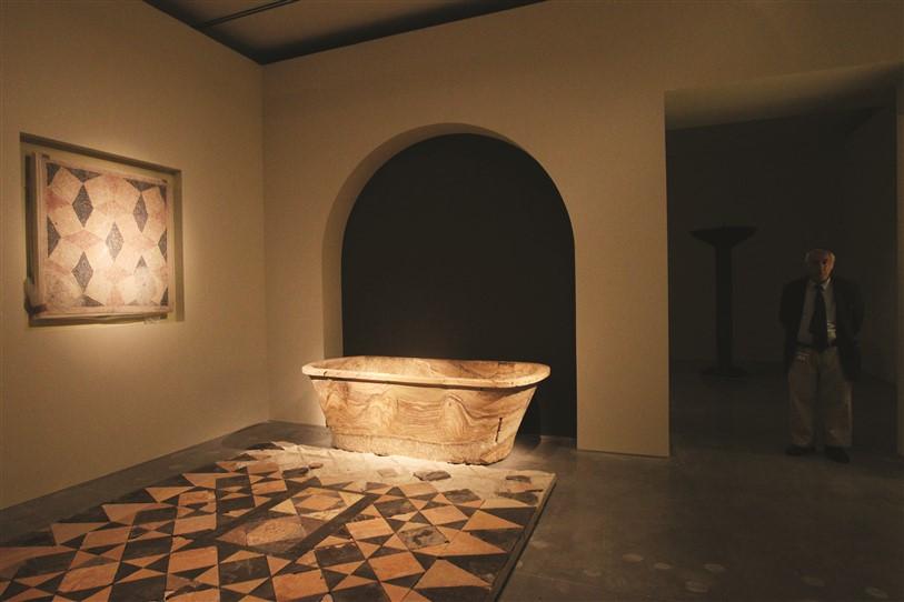 שומרים על העבר. האמבטיה מקיפרוס לצד רצפת האופוס סקטילה מההרודיון. על הקיר תלוי פסיפס תואם מאותה חפירה