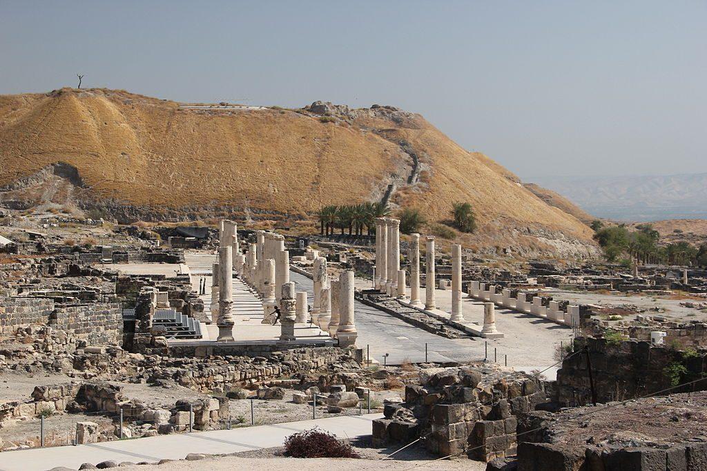 בספרו 'כפתור ופרח' היה אשתורי הראשון לזהות מקומות בארץ ישראל על פי השמות הערביים שהשתמרו. עתיקות בית שאן והתל המתנשא מעל העיר הרומית-ביזנטית