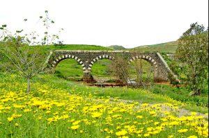 אשתורי מצא את בית שאן וסביבותיה מבורכת במים רבים וצמחייה שופעת. גשר הרכבת על נחל יששכר ליד בית שאן