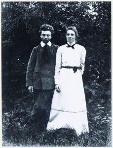 דה האן בצעירותו עם אחותו הסופרת קארי ון ברוגן שנולדה כקרולינה לאה דה האן