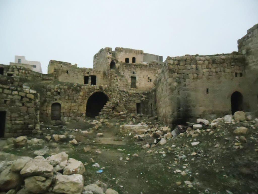 תחילת הבנייה ביישוב מתוארכת לימי הביניים. בתים עתיקים ביטא