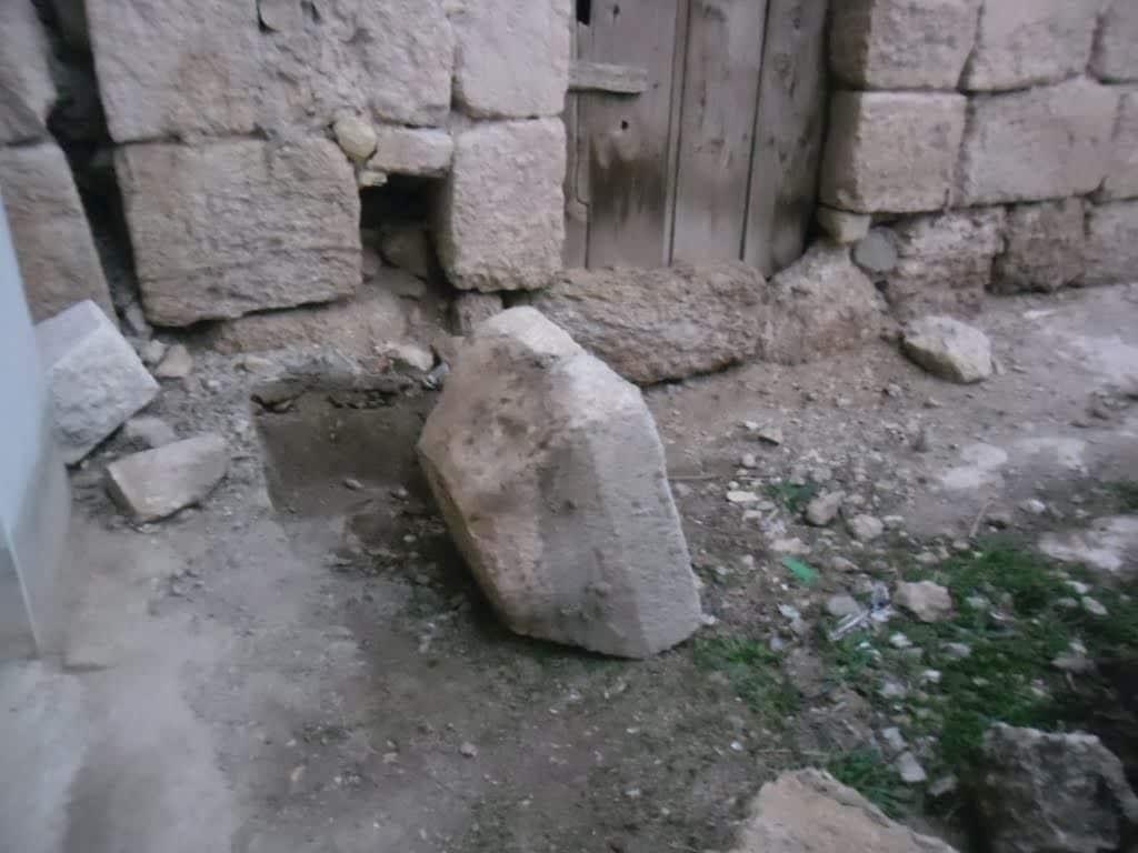 הכפר נבנה בימי הביניים, אך בוניו השתמשו גם באבנים קדומות יותר המעידות על בנייה באזור כבר בתקופה הביזנטית, מאות בודדות לאחר חורבן הבית. אבן ביזנטית ביטא