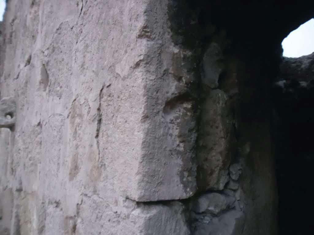 נוכחות יהודית קדומה. שקע למזוזה באחד הבתים העתיקים ביטא
