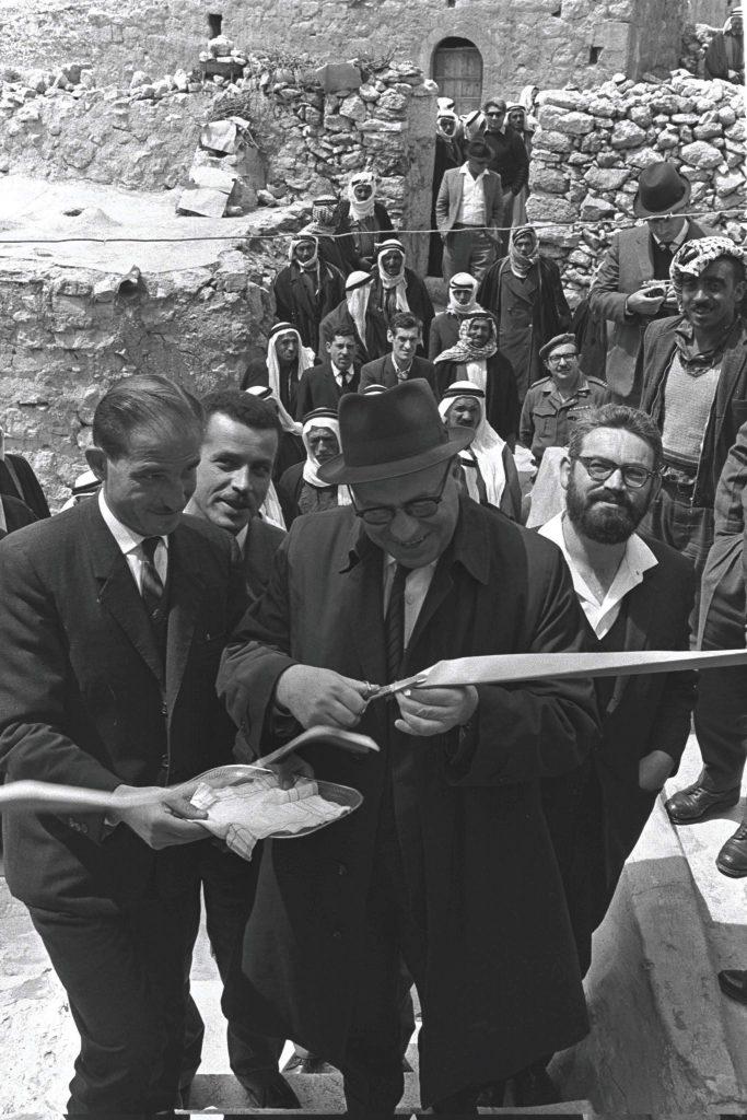 האם תושבי יטא יכולים להצטרף לציבור הישראלי כיהודים? נראה שכבר איחרנו את המועד. שר הסעד יוסף בורג ופקיד הסעד ג'מיל דהבי גוזרים את הסרט בפתיחת סניף המשרד ביטא, 1968