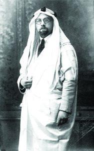 נראה כי הוא נהנה מיכולתו ללבוש פנים רבים. דה האן בכפייה ובעבאיה המוזהבות שקיבל כתשורה בפגישתו עם המלך עבדאללה