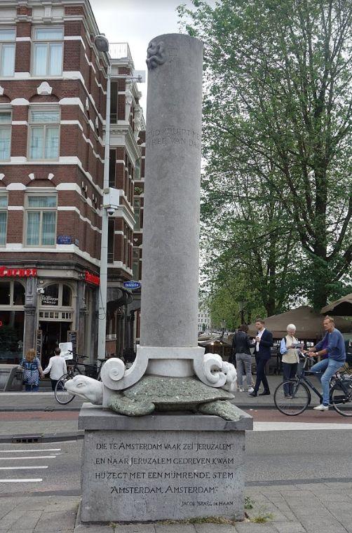 """האנדרטה לזכרו של דה האן ליד מוזאון רמברנדט באמסטרדם מתארת אותו כמי שנשא את מעמסת העבר. על האנדרטה חקוק אחד משיריו 'המרובעים': """"מי שבאמסטרדם הגה 'ירושלים' וירושלימה הגיע, שפתיו ממללות אמסטרדם אמסטרדם"""""""