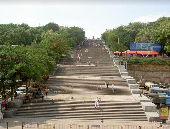מדרגות פוטיומקין היו בימיו של ז'בוטינסקי - כפי שהן עד היום - הליבה התרבותית והחברתית של אודסה. אין תייר המבקר בעיר שפוסח על המדרגות, ורבים מהאירועים הפוליטיים בתולדות העיר התרחשו עליהן