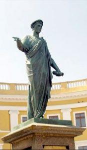 פסל של ארמן עמנואל דו פלסי דוכס רישליה המוצב בראש מדרגות פטיומקין