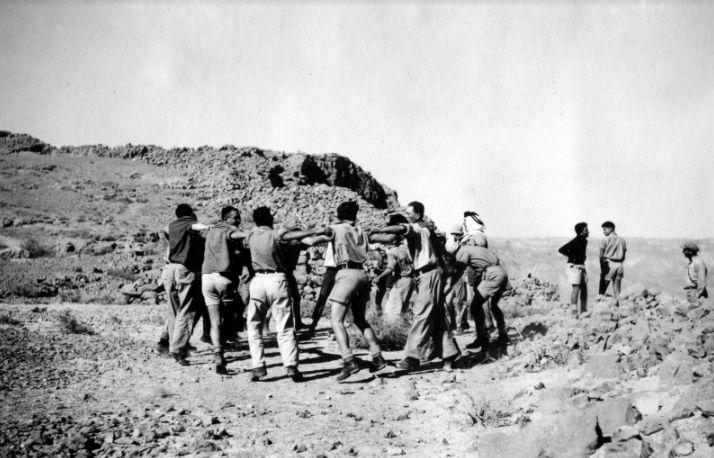 """בשבט תש""""ב (1942) נערך סמינר מצדה - טיול להכשרת מדריכים מתנועות הנוער שעברו בהרי חברון בדרך למצדה. רוקדים על פסגת מצדה"""
