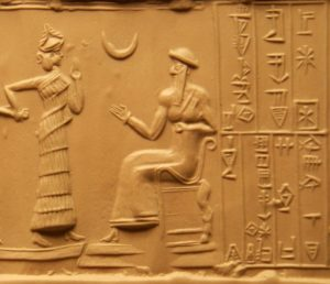 """שלוותם של בני האדם תלויה בשלוות האלים. פקיד מלווה באלים ניצב לפני אור-נמו, שליט שומר בסוף האלף השלישי לפסה""""נ, ומעליו הירח המסמל את האל סין. תבליט שנעשה על פי חותם גליל"""