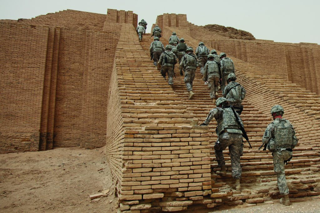 הקינה חיברה רגשות אנושיים לרגשות האלים. חיילים אמריקנים מטפסים על מדרגות הזיגורט המשוחזר באור שהתיימר לחבר בין שמים לארץ