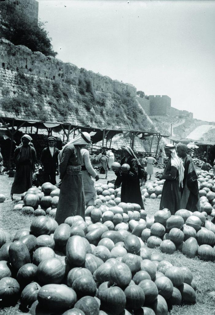 חקלאים כפריים התגוררו מחוץ לחומות ועירוניים בתוכן. שוק אבטיחים ליד חומות העיר העתיקה, ראשית המאה העשרים