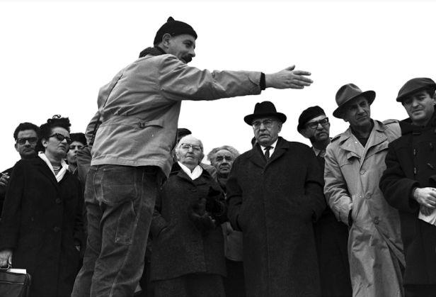 יגאל ידין מציג בפני משלחת בראשות הנשיא זלמן שזר את ממצאיו במצדה, 1964