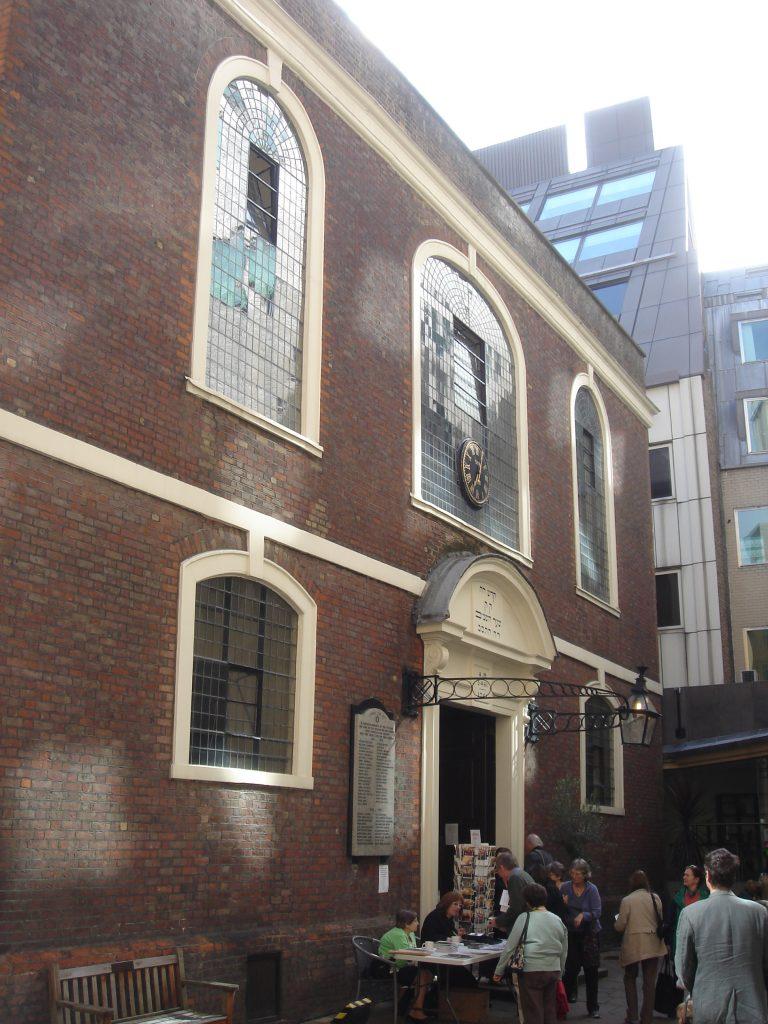 דה מדינה היה חבר מכובד בקהילה היהודית של יוצאי ספרד ופורטוגל. בית הכנסת של הקהילה שהוקם בעיר בסוף המאה ה-17 פעיל עד היום