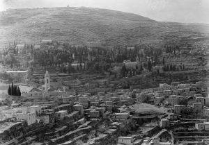 הפליטים שהובאו לכפר אחרי מלחמת העצמאות ראו כפר נידח רחוק מהעיר ולא פנינה תיירותית. עין כרם בשנות הארבעים