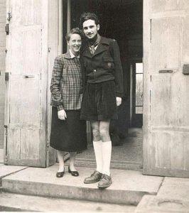 מתוך הערכה לדמותו של מניטו כהוגה בשל נעלמת בספר דמותו כאיש צעיר. מניטו ואשתו אסתר, בת המחזור שלו באקול ד'אורסיי