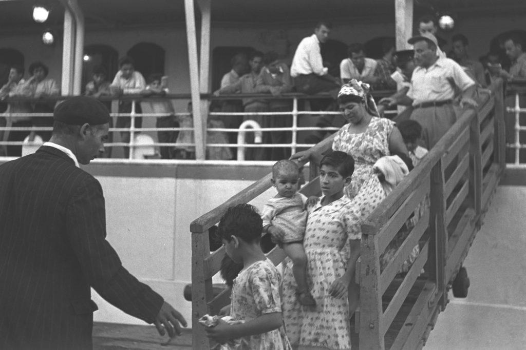עולים ממרוקו יורדים מהאונייה בנמל חיפה