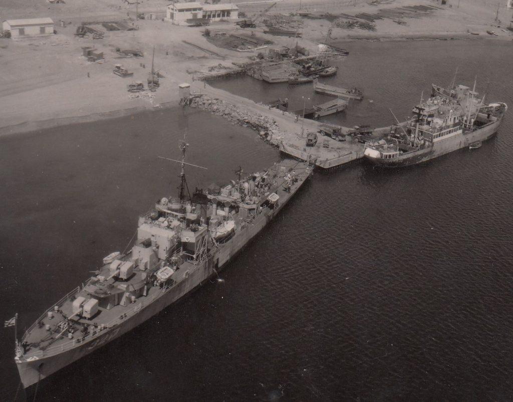 """סגירת מצרי טיראן בפני אניות ישראליות הצריכה העברה של אניות חיל הים לים האדם מסביב לאפריקה. אח""""י מזנק לאחר הגעתה לנמל אילת, פברואר 1957"""