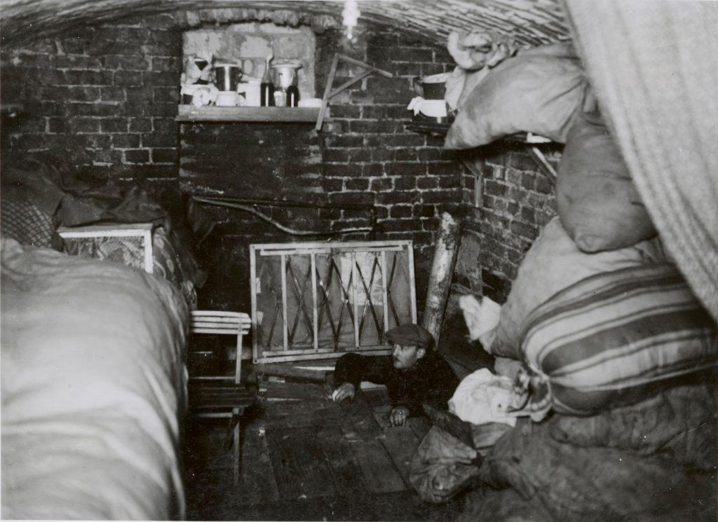 בגטו התקיימו גם חיי יומיום. יהודי יוצא ממחבואו אחרי נפילת הגטו