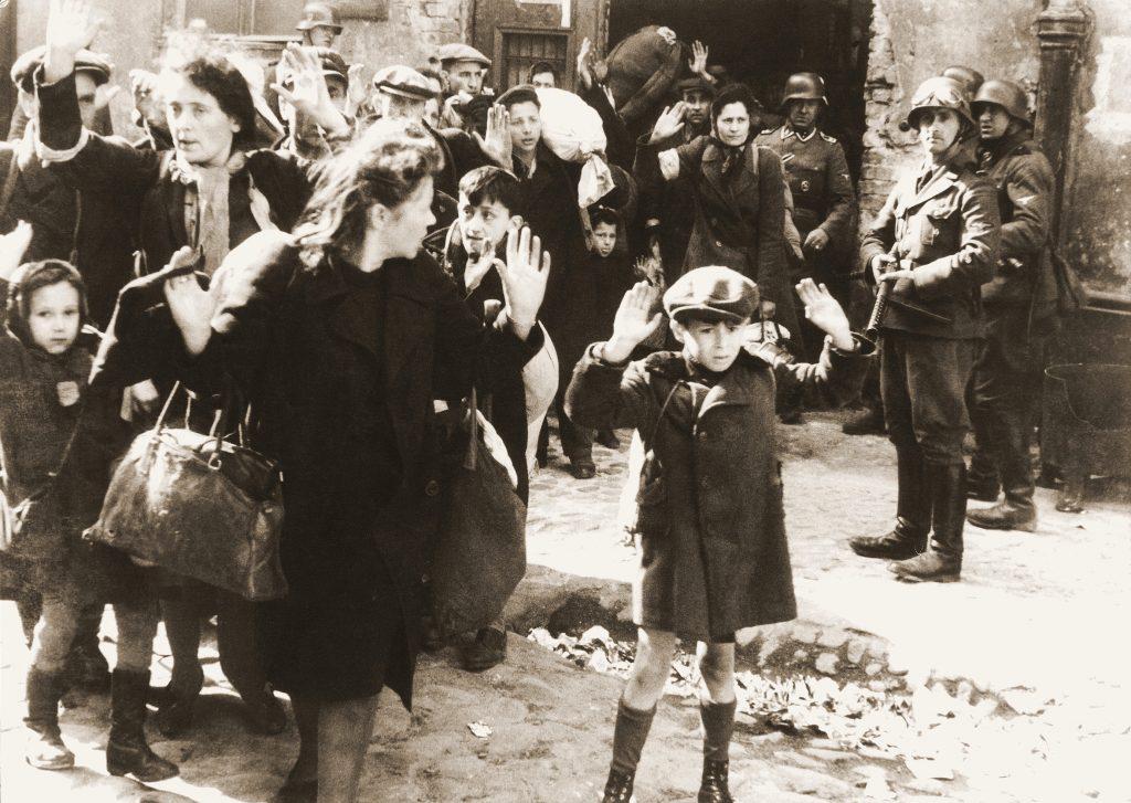 האם אפשר לראות את הגטו בלי להתייחס לתפיסתנו את השואה? תמונת הילד המרים את ידיו לאחר כניעת הגטו
