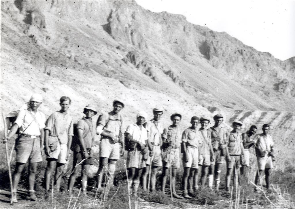 בעבור צעירי היישוב המסע ברחבי הארץ הפך למעין מטפורה למאבק הלאומי. חניכי מחנות העולים במסע להקפת ים המלח, 1934
