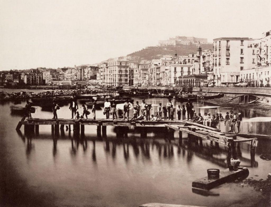 המגפה הבליטה את פערי המעמדות והביאה אל סף עימות ביניהם. נאפולי במבט מהמעגן בסוף המאה ה-19