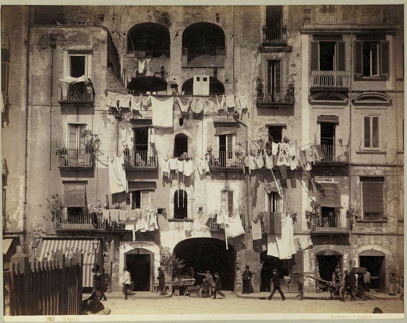 התושבים נהגו להשליך את תכולת סירי הלילה שלהם מהחלון אל הרחוב. רחוב ברובע פורטו, ראשית שנות השמונים של המאה ה-19